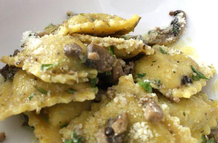 I ravioli di ricotta e spinaci in questa ricetta sono accompagnati dal profumo unico dei funghi porcini e del formaggio pecorino.