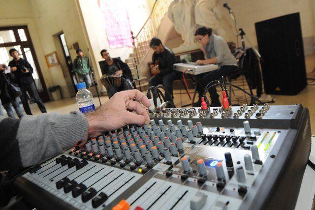 Hoy se presentó en el hall de entrada de la Facultad de Bellas Artes de la UNLP -Dg. 78 e/ Plaza Rocha y 8-, la nueva música incidental, interpretada por Amigos de Rantifusa, que se utlizará para el Servicio Informativo de la Amplitud Modulada d