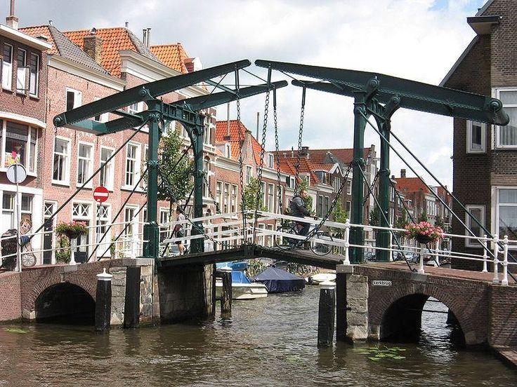 Kerkbrug laatst overgebleven ophaalbrug van Leiden en rijksmonument.