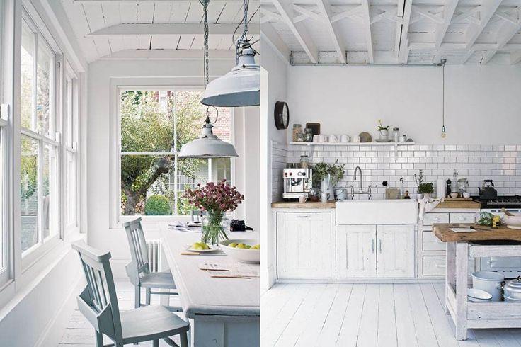 El comedor se ubicó contiguo a la cocina con una generosa vista del jardín conseguida tras demoler la pared lateral y agregar otra ventana y una puerta vidriada. La mesa y las sillas son vintage.  /Paul Massey