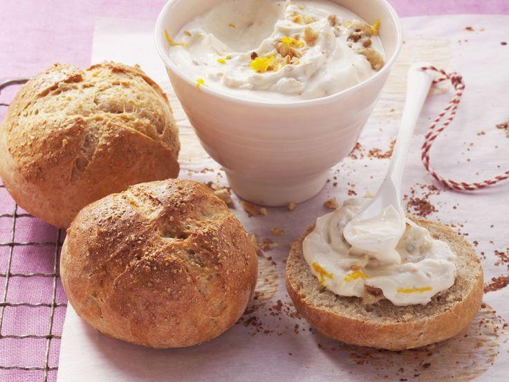 Buttermilchbrötchen mit süßem Quark | Kalorien: 280 Kcal - Zeit: 45 Min. | http://eatsmarter.de/rezepte/buttermilchbroetchen-mit-suessem-quark
