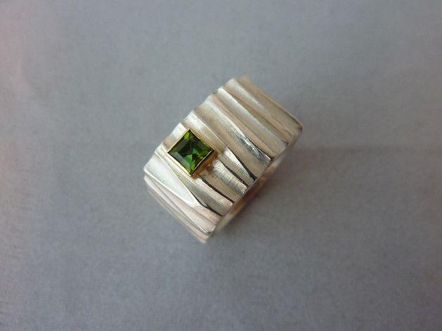 Silberring 925/- mit Turmalin in 750/- Gelbgoldfasssung Breite 13mm, Stärke ca.1,5mm Ringgröße 57 (kann auch geändert werden, bitte Anfragen) Der Turmalin hat die Maße 4x4mm eine wunderschöne...