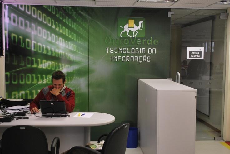 Criação e execução de painel em vidro com adesivo perfurado por COLA design Comunicação Visual Curitiba PR para Ouro Verde