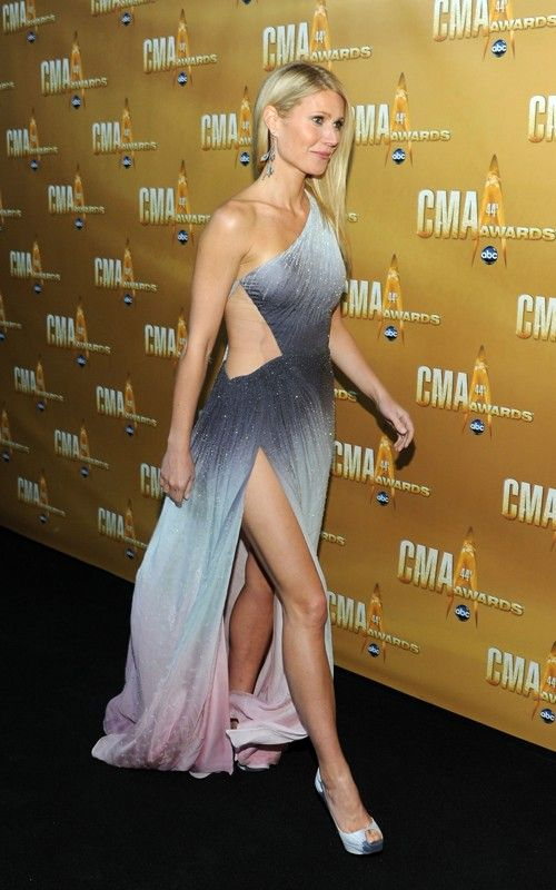 A atriz, e agora cantora de música country, Gwyneth Paltrow (junto com a Madonna) malha muito com a personal trainer Tracy Anderson. Ela tem andado bem sorridente, desfilando o corpinho (e que corpinho!) nos últimos red carpets! O vestido é Atelier Versace. O que vocês acharam?! Gwyneth, para mim, você pode tudo!!!! Fotos: Reprodução