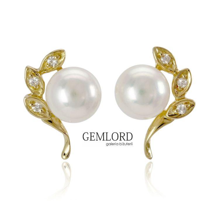 Prześliczne złote kolczyki z białymi perłami Akoya. Najwyższej klasy perły morskie - idealnie okrągłe, o gładkiej powierzchni i cudownym blasku. Oryginalna oprawa z żółtego złota zdobiona brylantami.  #kolczyki #earrings #diamenty #diamonds #perły #pearls #perlas #perolas #жемчуг #biżuteria #jewellery #jewelry #luxury #luxurylife #quality #topquality #shiny