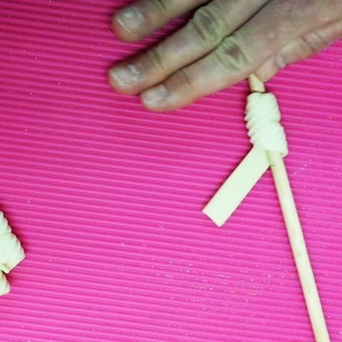 #tbt  fusilrigatoni!? looks like fusili ,taxture like rigatoni  regular semolina dough, plastic sushi mat . 少々👀が、チカチカしますが、、、 #pasutayasan #pastaclass #makingvideos #fusilli #rigatoni #pastaporn #vscovideo #foodvideo #handmade #手作り#生パスタ#イタリアン#自家製パスタ #slowfood #semolina #pastafattaamano
