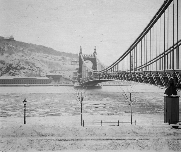 Erzsébet híd, Budapest, Hungary, 1897-1945. Olyan gyönyörű volt a régi híd. Nagyon nagy kár érte.