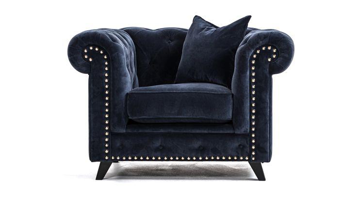 Blå Buffeln chesterfield fåtölj, sammet med nitar. Silver, guld, mässing, krom, antik, stor, rymlig, vardagsrum, möbler, inredning.