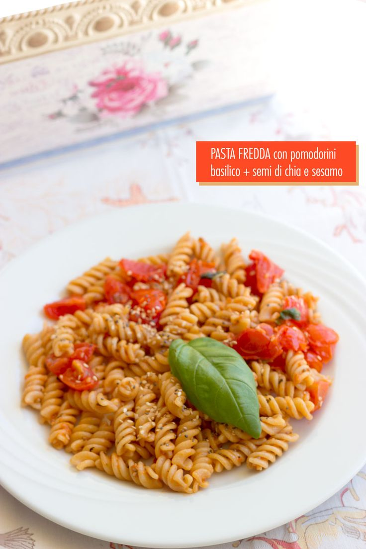 La pasta fredda con pomodorini, basilico e semi di chia e sesamo è una pasta estiva gustosa, profumata e carica di salute.