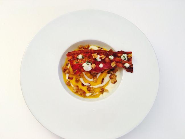 Crema di carote al timo, salsa di cipolla acidula, pancetta e pane croccante | Food Loft - Il sito web ufficiale di Simone Rugiati