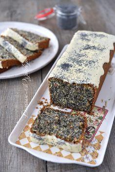 Proste ciasto z dużą ilością maku i z dodatkiem bakalii. Wyglądem i smakiem przypomina mi białkowca tylko, że tutaj użyte...