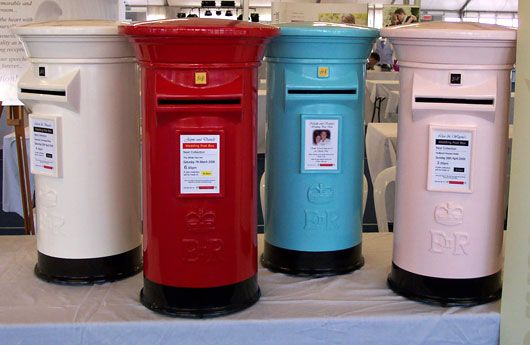 Wedding Post Box - Love this!!! Great idea for those who like to travel. It's also nice and eye-catching and secure, in case anyone tries to make off with it!