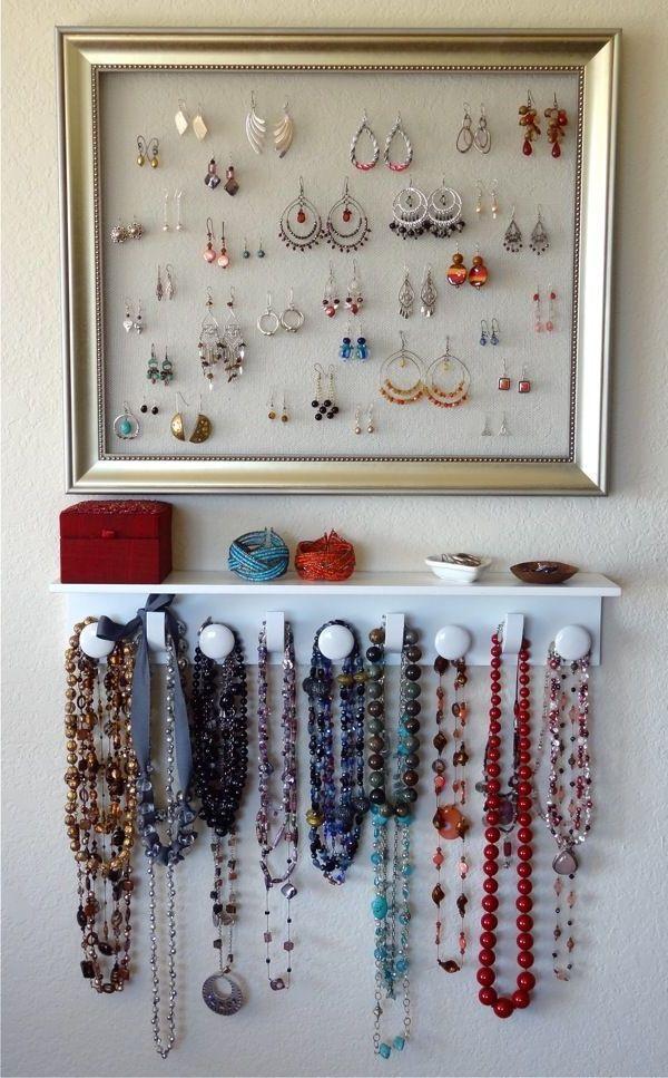 une petite exposition de bijoux, un cadre porte bijoux mural