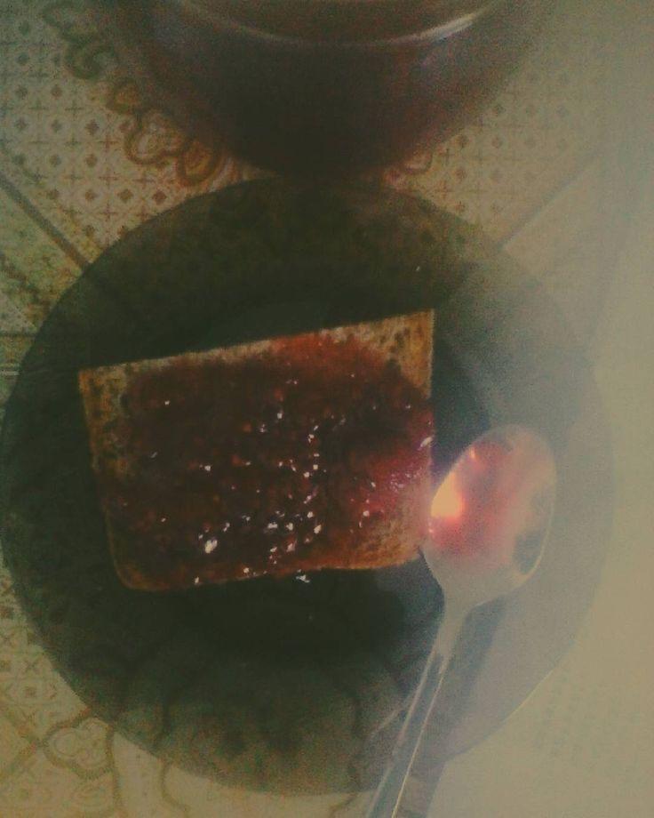Лето хорошо малиновым вареньем, ломтём хлеба и ароматным чаем #малиновоеваренье #лето #эх #вкуснота