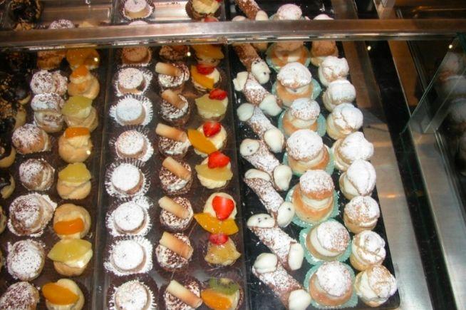 Savoca Bar Pasticceria Gelateria produce dolci artigianali strettamente Siciliani, prodotti Siciliani di ottima qualità per soddisfare ogni giorno il palato della sua clientela. Scopri di più su http://www.sicilianweb.it/aziende/savoca-bar-pasticceria-gelateria/