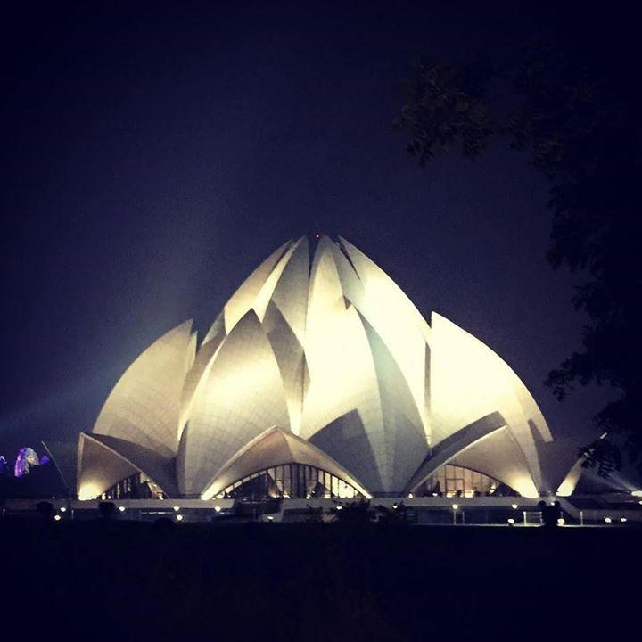 #LotusTemple #IncredibleIndia А вечером мы думали что какое-нибудь празднование увидим возле храма Лотуса но нет там спокойно. Зато всю ночь а разных уголках Дели взрывались фейерверки мы чуть-чуть посмотрели с нашей крыши. В общем дивали празднуется в семейном кругу со свечами огнями фейерверками #запискиизиндии #дивали #легкоирадостномнетут by katerine_eva