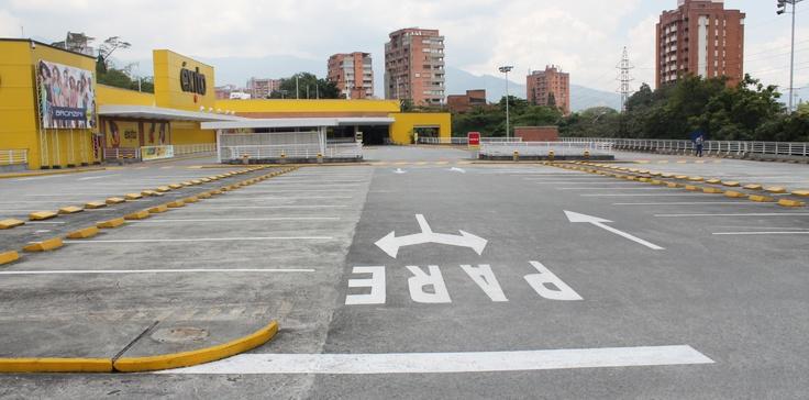 Parqueadero de la entrada de la calle 10 del éxito El Poblado a las 12:30 pm. Todos los días a esta hora se encuentran aproximadamente 60 carros estacionados.