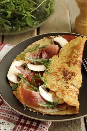 Crêpe gourmande à l'épeautre, son d'avoine et origan  Garnie de coppa toastée,  parmesan fondant, champignons frais et roquette
