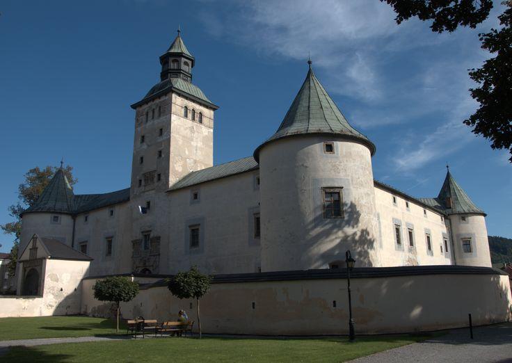 BYTČIANSKY ZÁMEK Renesanční zámeček ve středu města Bytča patří k nejvýznamnějším a architektonicky nejpůsobivějším feudálním sídlům na Slovensku.Původně zde byl menší hrad postavený ve 13. století, patřící nitranskému biskupství. V roce 1563 se zmocnil Bytčianské panství spolu s hradem František Turzo, který v letech 1571 - 74 vybudoval na místě starého gotického hradu nový zámek - opevněný areál s více funkčními stavbami.