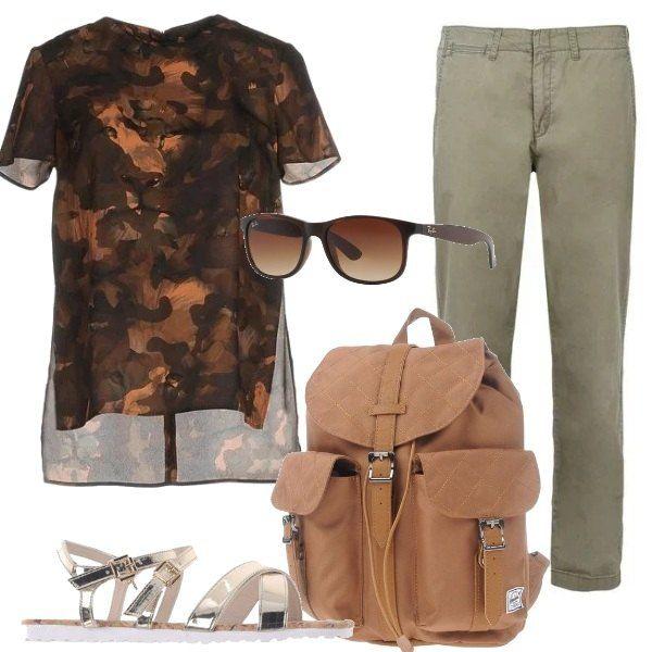 I pantaloni verdi firmati, hanno la piega alla caviglia, sono abbinati alla blusa camouflage più lunga dietro, i sandali flat a listini dorati, lo zainetto color cuoio e gli occhiali da sole.