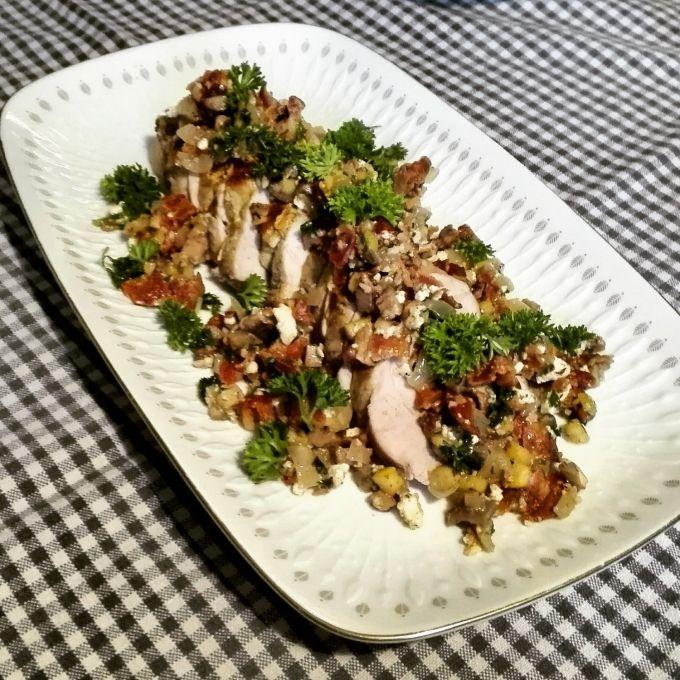 fyldt svinemørbrad med champignon, løg, æble, bacon, hvidløg, feta og persille   amatoerkokken