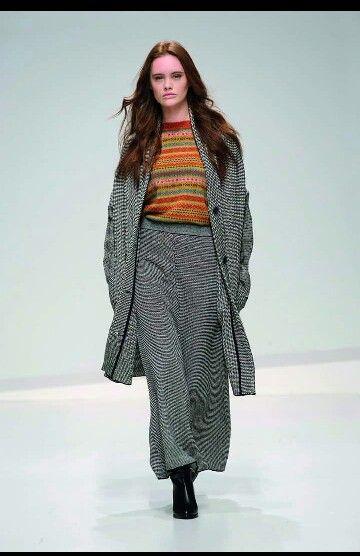 Eleganza e praticita: La gonna in tweed è un classico femminile da indossare in ufficio o da sfoggiare con le amiche  #stefanelvigevano #stefanel