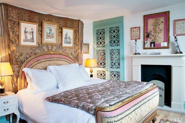 Уютный спальный уголок, оформленный в смеси стилей кантри и бохо
