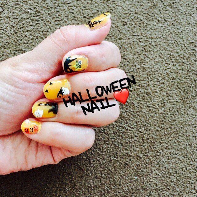 おはようございます 朝から アレルギー反応出すぎて 辛い痒い * *  ハロウィンネイル🎃 おばけ、かぼちゃは シールですよ〜 楽チン。 明日までの いのちです。 仕事ではネイル❌なので 明日落とします💅 今回みたいに 休みが続いた時に またネイルします♡ * * * #ハロウィンネイル #セルフネイル #ネイル #秋 #ハロウィン #daiso #ネイルシール