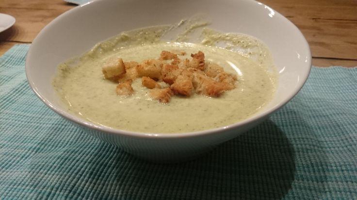 Een recept voor heerlijke broccoli soep en de voordelen van deze gezonde groente. Ook nog een recept voor zelfgemaakte croutons gemaakt van oud spelt brood.