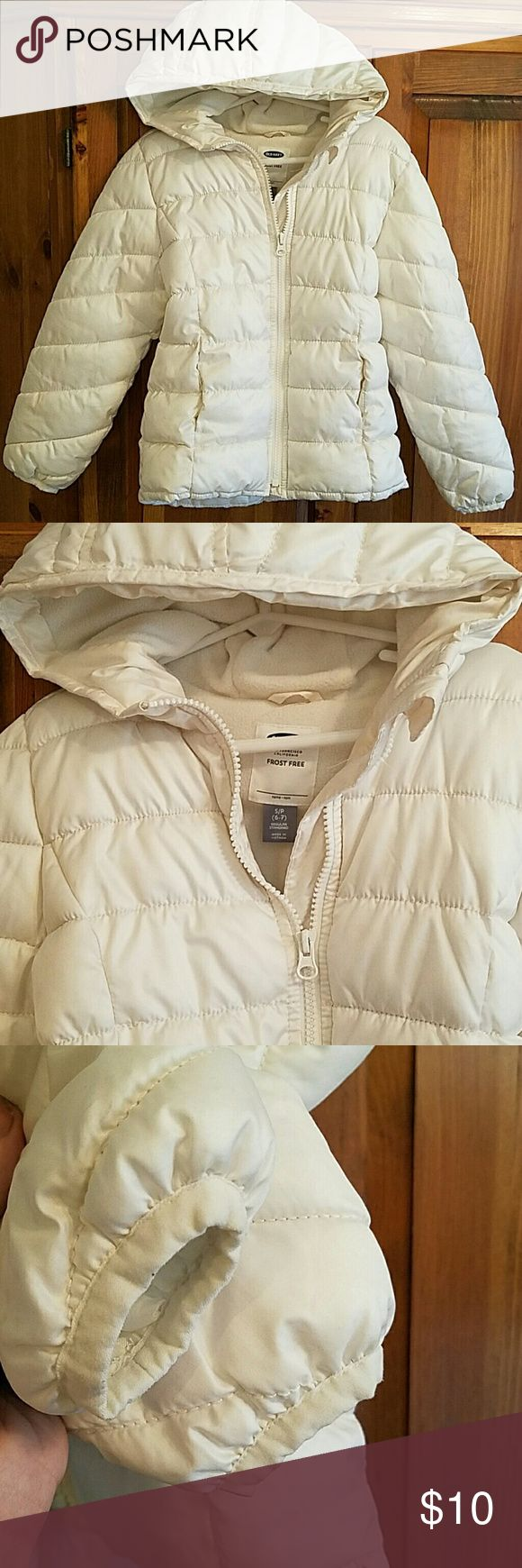 🌟Weekend Special 🌟🌟🌟Old navy white puff jacket Fleece lined zip up hooded puff jacket with 2 front pockets. No stains. Maybe worn once. Perfect condition. Size 6/7 Old Navy Jackets & Coats Puffers