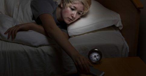 Κινητό δίπλα στο κρεβάτι: Πώς επηρεάζει τον νυχτερινό ύπνο: http://biologikaorganikaproionta.com/health/231436/