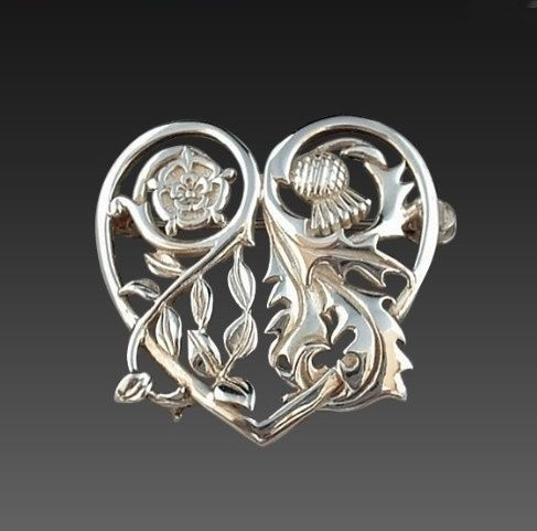 "On Hold SCOTTISH Sterling Silver Thistle Rose BROOCH by YearsAfter, $45.00  Diese Brosche ist ein Replica-Traum ... wenn die Versandkosten nicht so hoch wären ... seuffz ""The Thistle and Rose was inspired by the marriage of King James IV of Scotland to Princess Margaret Tudor of England.The Thistle represented King James, and the Rose represented Princess Margaret. The Heart shape symbolizes their love.""  Nochmal seuffz ..."