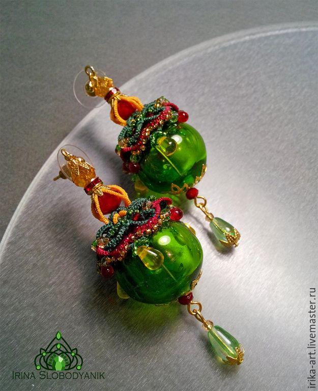 Купить или заказать Зеленые фонарики Серьги в интернет-магазине на Ярмарке Мастеров. Яркие сережки в стиле авангард для яркой девушки! Шары из венецианского стекла покрывают колпачки сплетенные вручную методом многослойного кружева фриволите. В кружеве мельчайший японский бисер, граненый хрусталь, кристаллы сваровски и стеклянные капли. Внизу шарика также кружевной объемный колпачок.
