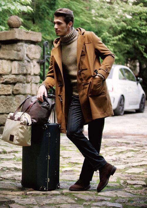 ブラックのスーツケースに服とコーディネートしたボストンバック <おしゃれな旅行カバン・旅行バッグの参考一覧>