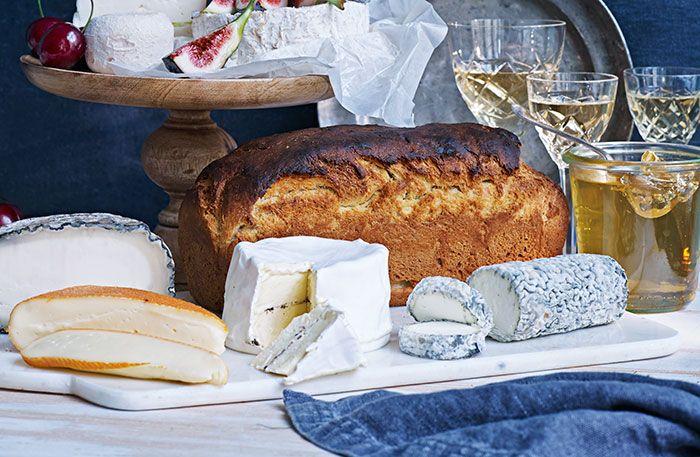 Recept på briochebröd. Rostade tunna skivor smörig brioche smakar gudomligt till en skiva fransk getost!