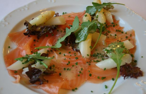 Salade van gerookte zalm en mechelse asperges met zoetzure mosterdvinaigrette - Volrecepten.nl