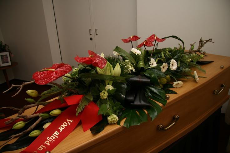 Rouwwerk van Bloematelier Fleur & Geur. Met rode Anthuriums.