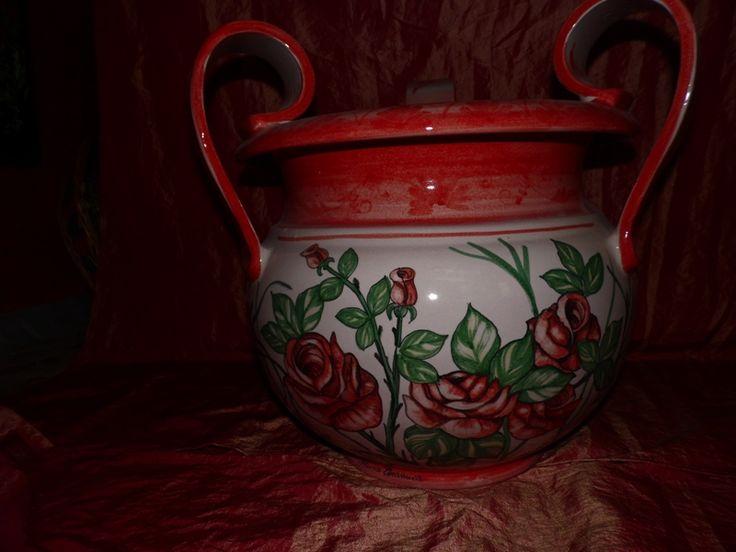Tavolino tre manici decorato a mano – fondo leggermente rosato con rose rosse-