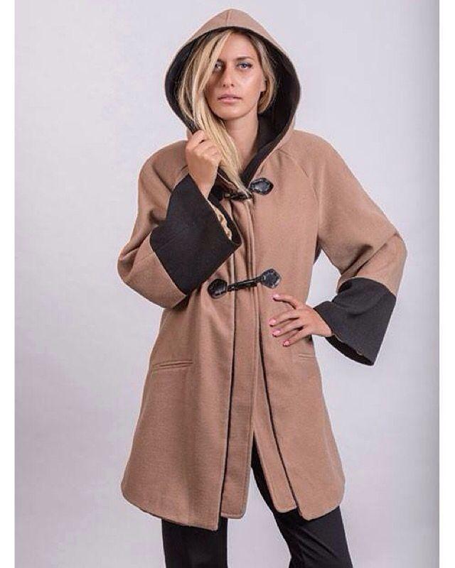 Παλτό με κουκούλα σε γραμμή κάππας, στο χρώμα της ερήμου με σκούρες λεπτομέρειες και κουκούλα. Επειδή η εικόνα πάντα μετράει!