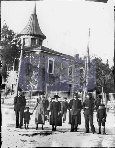 Η έπαυλη ανήκε στο Νικόλαο Θων ανώτερο αυλικό και επιμελητή της Βασιλικής Χορηγίας του Γεωργίου Α'. Το κτήμα βρισκόταν στη συμβολή Κηφισίας και Αλεξάνδρας και εκτός από την έπαυλη  θεμελίωσε, το 1887, και το ναό του Αγ. Νικολάου. Τα σχέδια των κτισμάτων, ο Θων, τα εμπιστεύτηκε στον Ερνέστο Τσίλλερ. Tο τέλος κτιρίου ήρθε στη διάρκεια των Δεκεμβριανών του 1944. Σήμερα στη θέση της έπαυλης, ορθώνεται το ακαλαίσθητο συγκρότημα καταστημάτων και γραφείων του Γιάννη Βωβού.