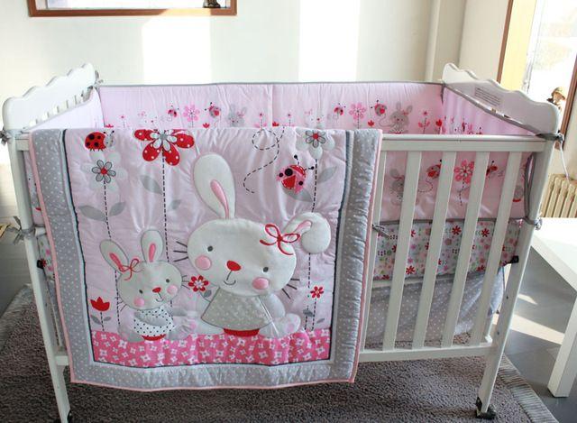 Розовый кролик цветы 4 шт. девочка кроватки постельных принадлежностей аппликация 3d одеяло бамперы приспособленный лист пыль с оборками детская кроватка комплект bebe