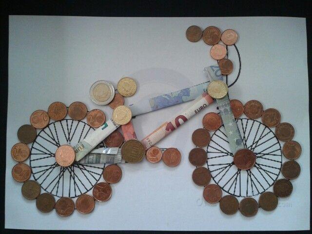 Geld geven als cadeau. Fiets: de wielen van muntjes en het frame van papiergeld en muntjes.