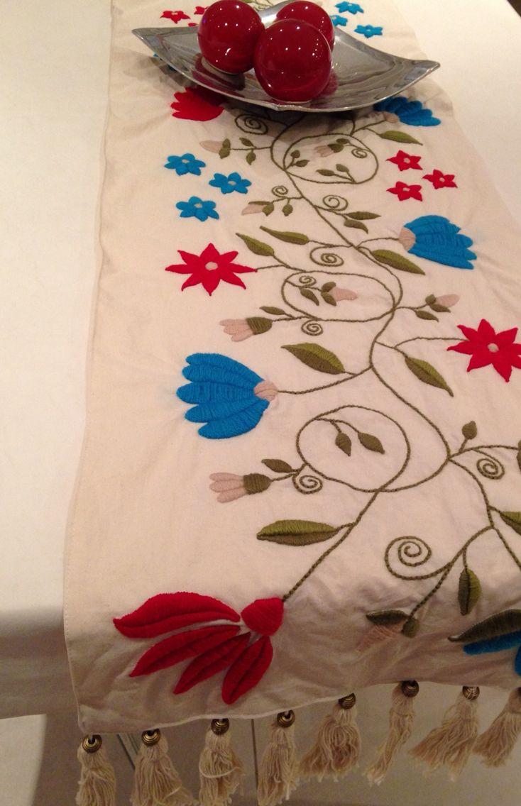 Camino de mesa, bordado a mano con lana