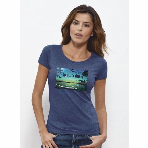 Sehr schönes Woman T-Shirt in dark heather blue mit Wellen die schallen zum Sonnenuntergang als Motiv. Das zu 100% aus Bio-Baumwolle ringgesponnene Damen-T-Shirt von Stelle Loves ist mit einem klassischen U-Boot-Rundhalsuusschnitt und einem schmalen Kragen aus 1x1 Rippstrick versehen. Zudem besitzt dieses hochqualitative T-Shirt ein Nackenband;, die Nähte an Saum und Ärmeln sind verdeckt. Das Produkt ist 120 g/m² leicht. Bitte beachten Sie die Pflegehinweise auf www.ajz-shirts.de.
