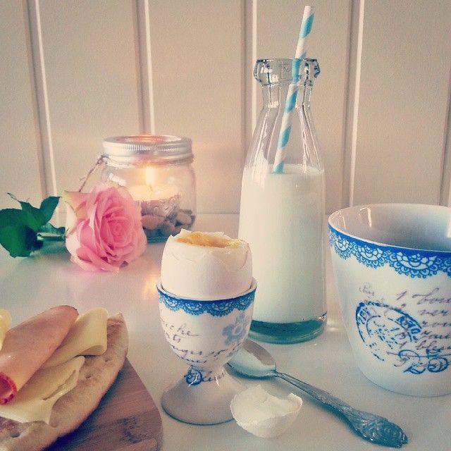 Morsdag eller valentines day blir ekstra hyggelig med en god frokost. Tente lys og blomster gjør seg veldig godt i Norgesglass. @jalice0710