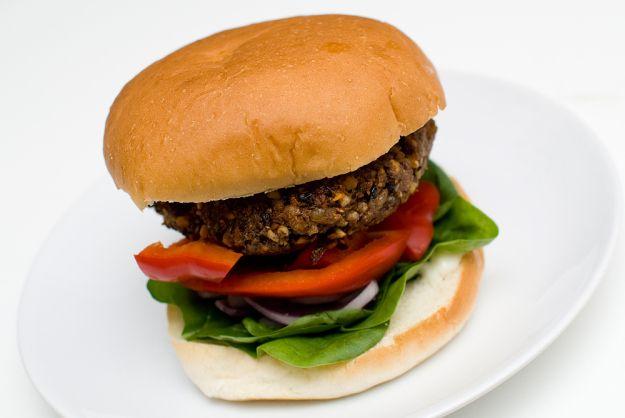 Skikkelig kraftige veggisburgere med svarte bønner, valnøtter og glutenmel. Perfekte på grillen! Jeg blir aldri lei av vegetarburgere! Heldigvis er det enormt mange varianter å velge mellom. Noen er basert kun på grønnsaker, noen på nøtter, andre har tofu, bønner, TVP – you name it! I dag er det glutenmel som spiller hovedrollen. Det er …