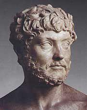 Ritratto di Adriano, anni '40 del II secolo d.C., Roma, Musei capitolini. Barba che indica lo status symbol di saggio, espressione assorta e remota che via via si fa più astratta.