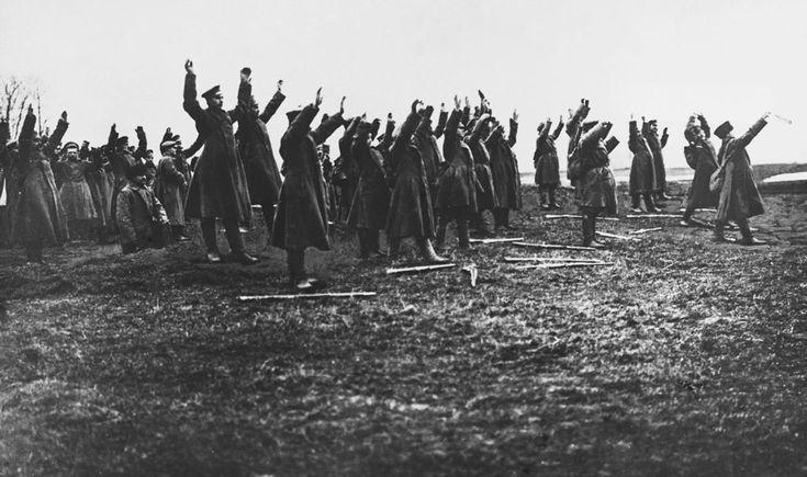Hacia 1917. Un destacamento ruso se rinde al enemigo en Galitzia. La llamada Ofensiva Kerensky, dirigida contra el frente austro-germano en Galitzia, fue un absoluto fiasco para los rusos. A la simple falta de fusiles para los soldados se sumaron los errores tácticos.