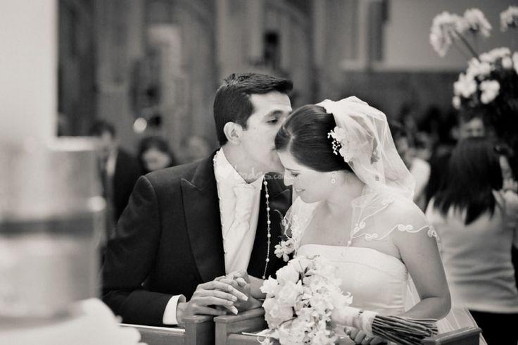 Si has tenido dudas sobre cuántos padrinos y madrinas nombrar para tu boda entonces no te pierdas estos consejos para formar tu cortejo nupcial y conocer los principales detalles de cada uno de ellos, ¡toma nota!