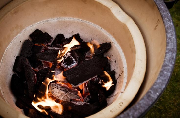 Zuiniger barbecueën met houtskool? Big Green Egg.